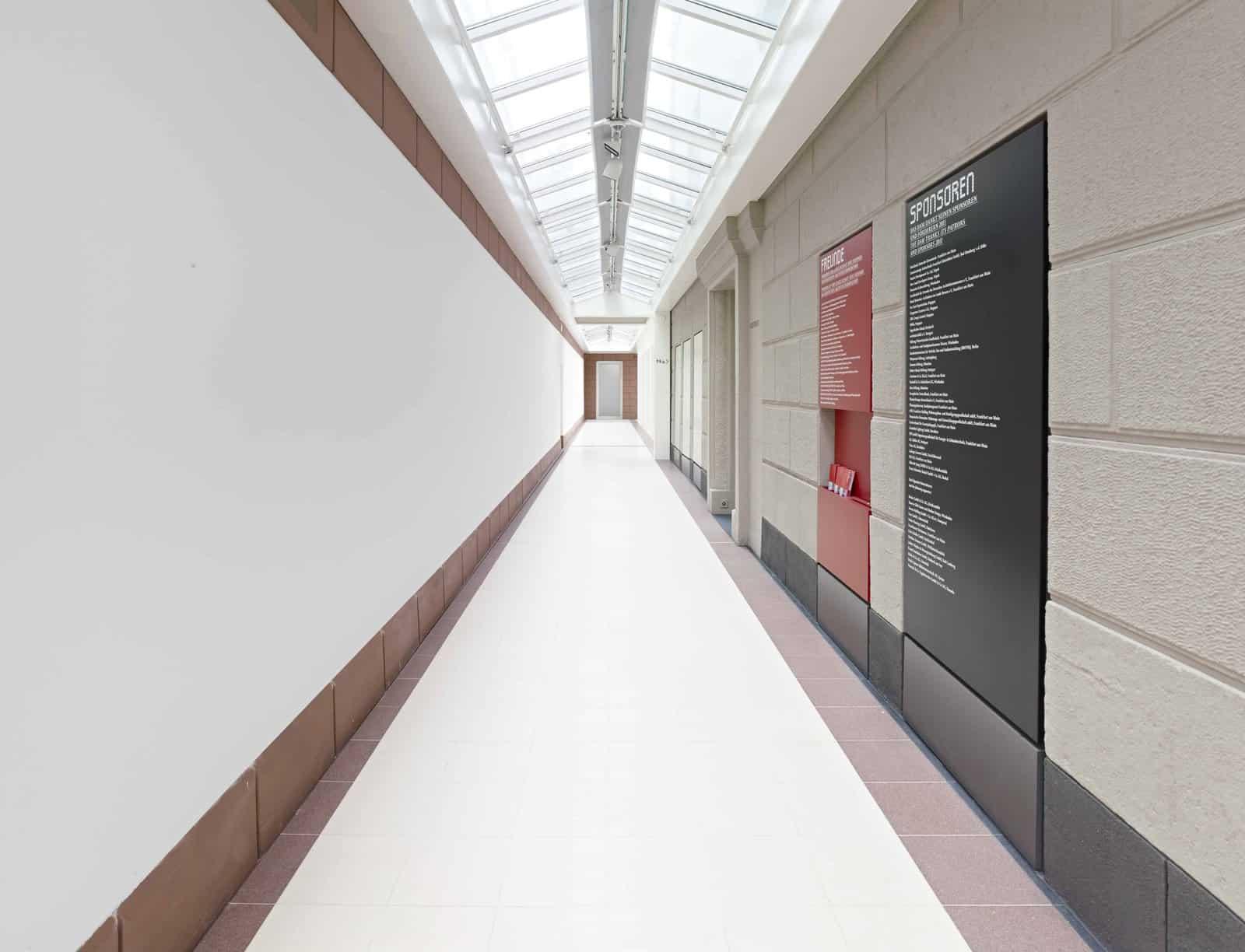 Gang zu den Ausstellungen \ Foto: Norbert Miguletz, Frankfurt am Main