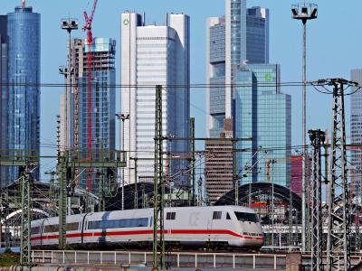 Bahnhof und Hochhäuser. Blick vom Bahnhof auf diverse Wolkenkratzer \ © PIA Stadt Frankfurt am Main, Foto: Rainer Rüffer