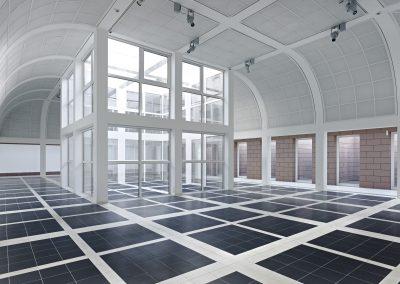 Ausstellungshalle mit Innenhof im Erdgeschoss \ Foto: Norbert Miguletz, Frankfurt am Main