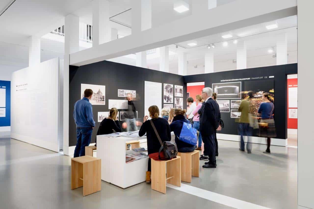 """Öffentliche Führung in der Ausstellung """"Große Oper – viel Theater?""""  Foto: Moritz Bernoully"""